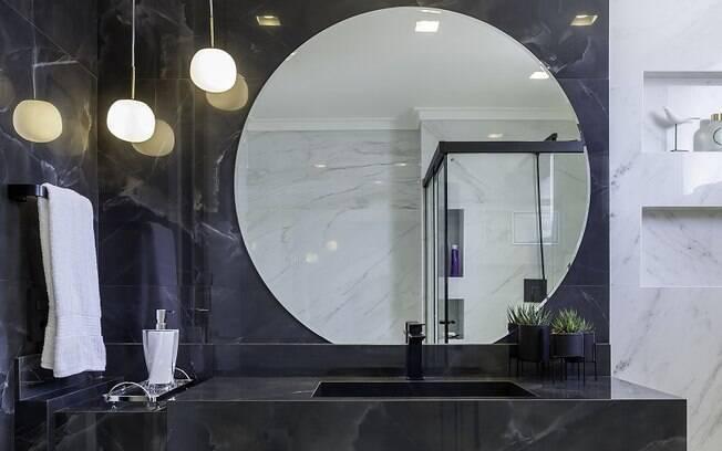 A combinação clássica ofereceu elegância ao banheiro