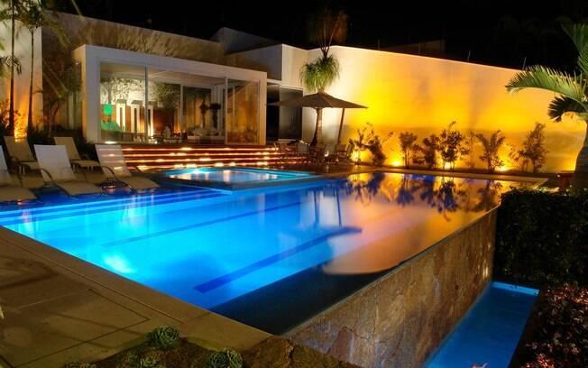 Escadas, muros e piscinas também podem ser valorizados com a iluminação correta