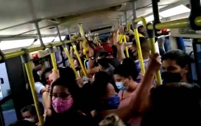 Em meio a fase emergencial, passageiros registram lotação em ônibus