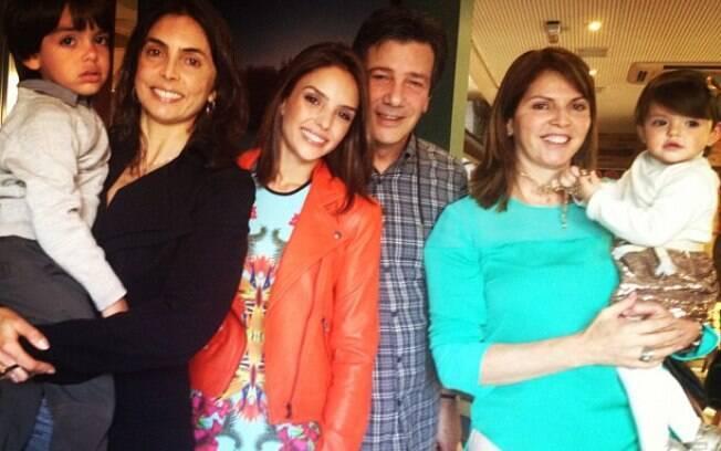 Carol Celico com a família reunida no seu aniversário. Na foto estão seus pais, a tia e os filhos Lucas e Isabella