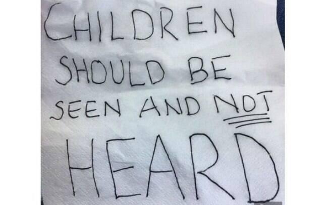 A mãe recebeu um bilhete de outros clientes do restaurante com os dizeres: