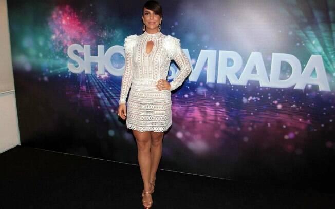 Ivete Sangalo vestiu bem o vestido branco de renda com ombros marcados. O penteado valorizou o look