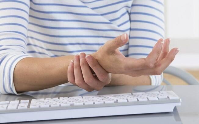 Uma das principais causas para a síndrome do túnel do carpo são as atividades repetitivas - como o ato de digitar