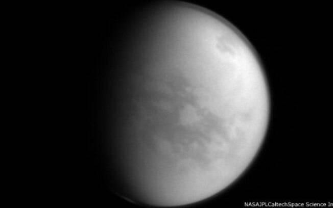 Foto de Titã, a lua gelada de Saturno, colhida pela missão Cassini em 8 de janeiro de 2015, de uma distância de cerca de 1,9 milhões de quilômetros