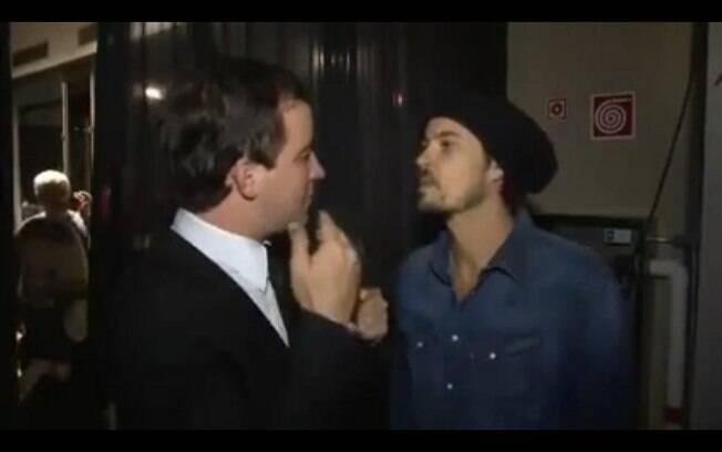 Paulinho, então, respondeu que poderia cuspir na cara de Rafael e, assim o fez, eu ouvir do repórter: 'tenta'
