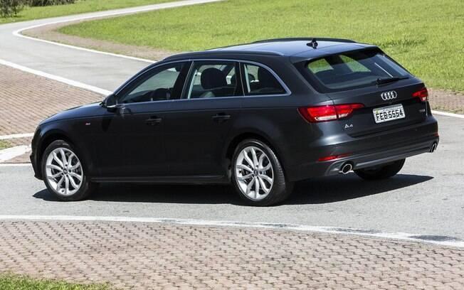 Audi A4 Avant tem dupla saída de escape na traseira e rodas de aro 18 entre os destaques. Lanternas têm  apenas LEDs
