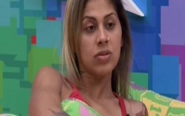 Vanessa não se mostra confortável com a ideia de posar nua ao lado de Clara