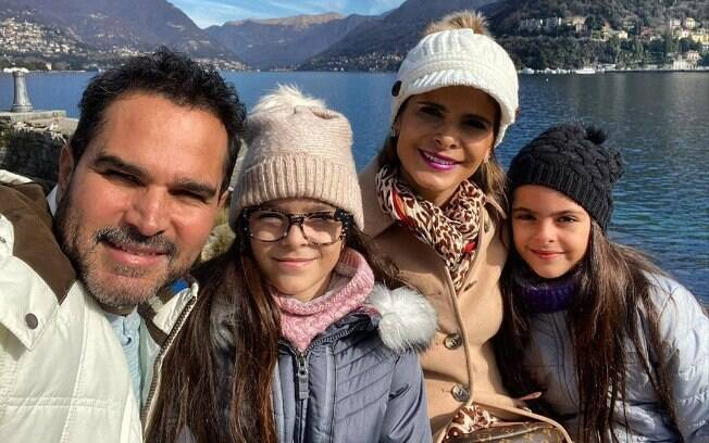 Luciano Camargo, Flávia Camargo e as filhas gêmeas