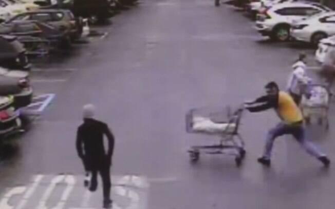 Homem jogou carrinho de supermercado contra ladrão e ajudou na captura