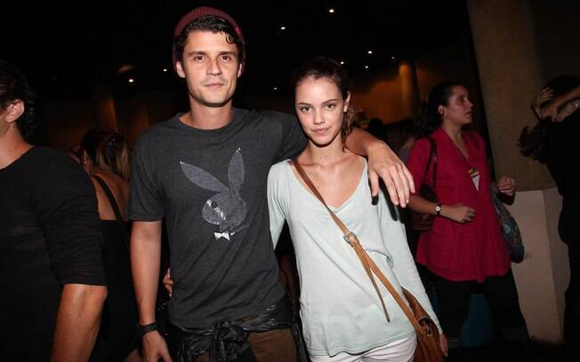 O casal Felipe Solari e Laura Neiva também foi curtir o som de Ben Harper