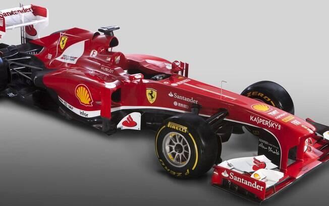 A Ferrari tirou o degrau do bico e mudou um  pouco a coloração do bólido