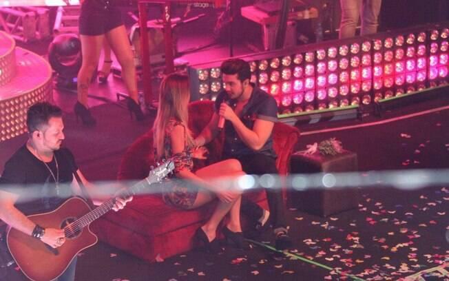 Luan Santana beija f� durante show