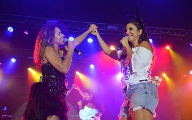 Daniela Mercury e Ivete Sangalo sobem ao palco da festa de abertura do Camarote da Rainha, em Salvador