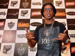 """Ronaldinho Gaúcho prestigia o lançamento dos filmes """"R49 – O Meteoro Atleticano"""" e """"Contra o Vento"""""""