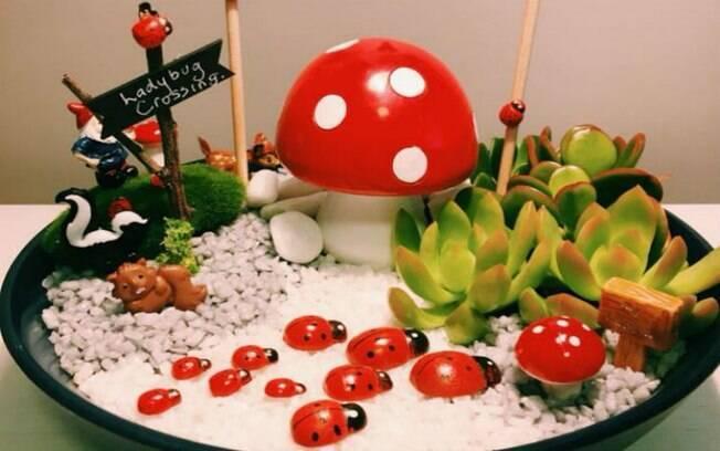 Além de casinha de boneca, Donna faz mini-jardins em vasos de flor e de suculentas
