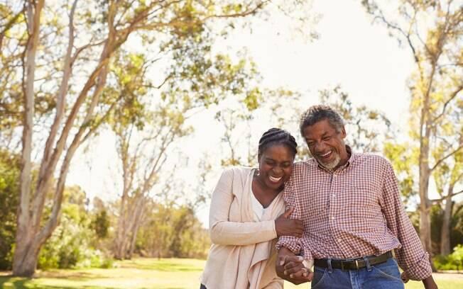 Algumas dicas podem ajudar os casais a responder como manter o romantismo do casamento mesmo após anos de união