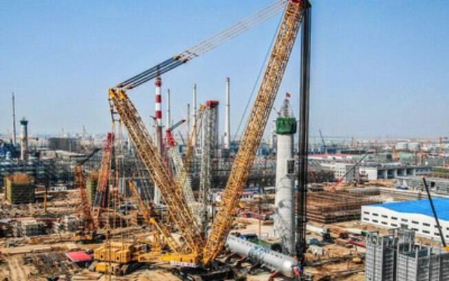 Novo recorde de capacidade de guindaste: o guindaste sobre esteiras XGC88000 conclui a instalação do reator de hidrogenação de 2.600 toneladas na China 10 dias antes do previsto