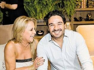 """Só alegria: Em seu """"Estar"""", a decoradora Vivien de Casttro com Silvio Dourado, da Legado Casa"""