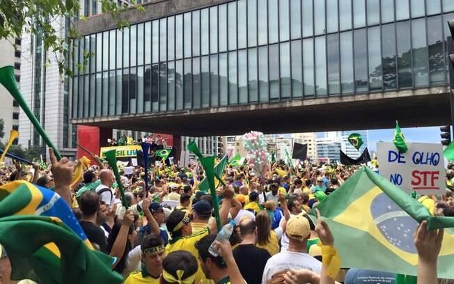 Manifestantes contra o governo Dilma se reúnem em frente ao Masp, em São Paulo. Foto: Ricardo Chiste