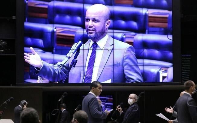 Deputados de partidos da oposição tentam ampliar a proposta para todos os estudantes que têm o financiamento