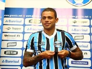 Edinho, que conquistou sete títulos com a camisa do Inter, agora defende o Grêmio