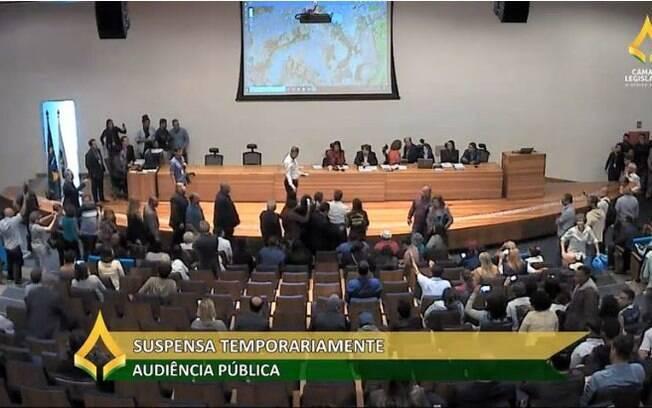 Confusão na Câmara Legislativa do Distriro Fedral foi exibida ao vivo pela internet