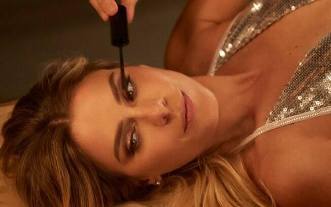 Para o tutorial de maquiagem inspirado em Carolina Dieckmann, profissional recomenda paleta de tons neutros