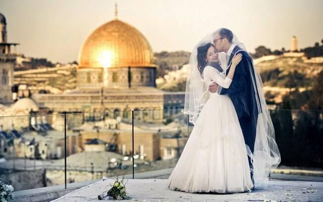 Os noivos com o Domo da Rocha ao fundo: a cidade de Jerusalém como convidada especial do casamento