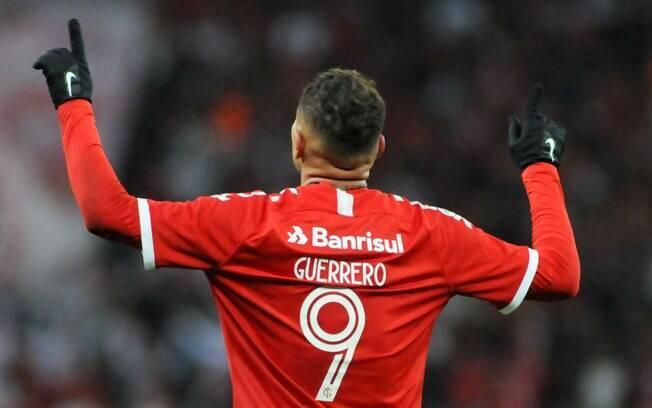 Guerrero comemora um de seus dois gols contra o Cruzeiro