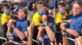 Bolsonaro abaixa máscara de criança para tirar foto