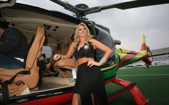 Val Marchiori chega causando em helicóptero