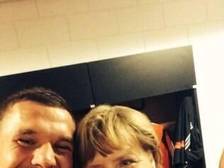 Depois de goleada sobre Portugal, Podolski pousa para foto com a chanceler alemã, Angela Merkel
