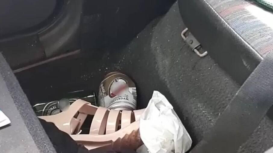 Latas de cerveja foram encontradas no veículo