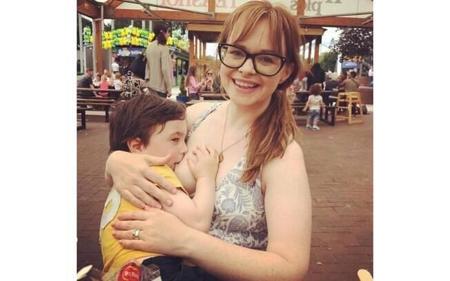 Riona aparece na foto amamentando o filho de quatro anos e alguns internautas criticaram a amamentação prolongada