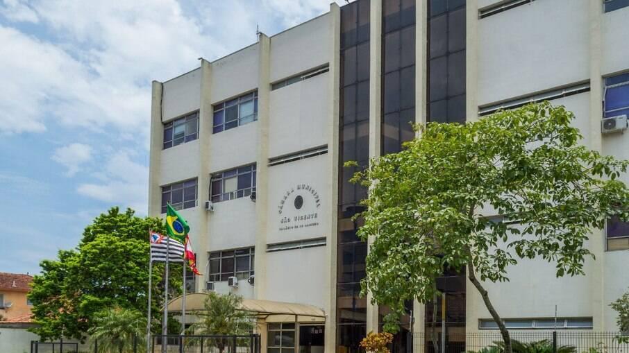 Câmara de São Vicente é alvo de protesto por causa de licitação de móveis em momento de pandemia