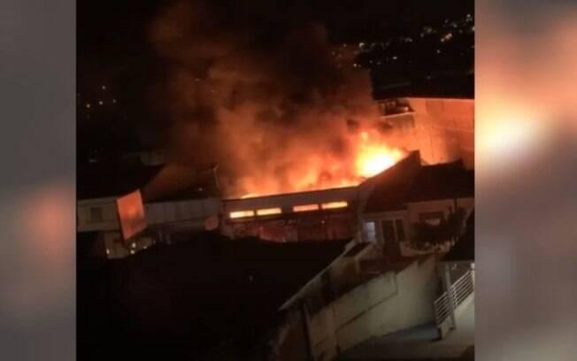 Incêndio atinge oficina mecânica e destrói carros em Campinas