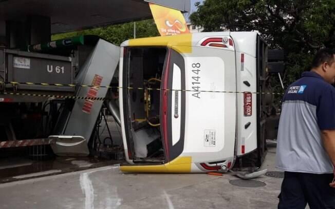 Testemunhas informaram que o motorista dirigia o ônibus em alta velocidade quando tentou desviar de carro e capotou