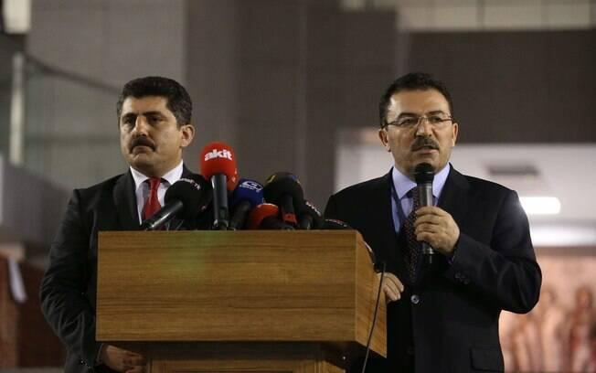 Chefe de Segurança Selami Altinok, à dir., e o vice-procurador-geral da Turquia, Orhan Kapici, falam com a imprensa em Istambul (31/03)