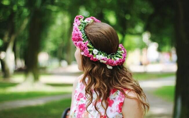 Uma dica para fazer as coroas de flores é usar flores leves