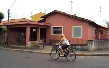 Rotina de Santa Rita do Passa Quatro muda com ganhador, um jardineiro de 78 anos