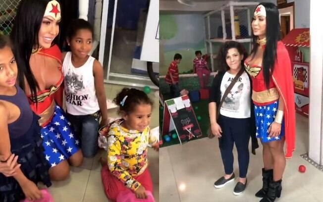 Gracyanne Barbosa se veste de Mulher-Maravilha e faz a alegria da criançada em festa de Dia das Crianças