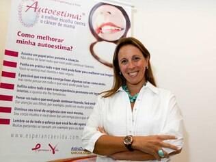 Cláudia Vasconcellos fez a reconstrução da mama na mesma cirurgia para a retirada do câncer.