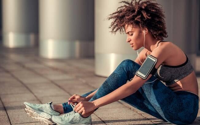Estar preparada para começar a correr também inclui estar com as roupas e tênis certos para a prática esportiva, além disso, ter um treino individual, que considere as necessidades e objetivos de cada pessoa, é essencial para evitar lesões