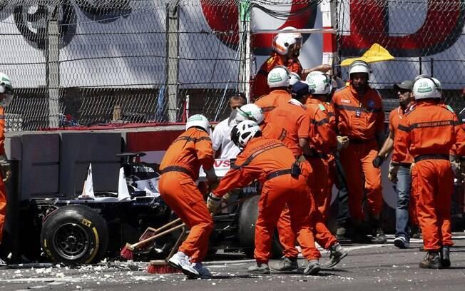 Funcionários limpam pista após acidente de  Pastor Maldonado, da Williams, em Mônaco
