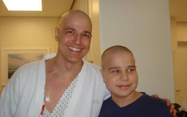 Reynaldo Gianecchini posa sorridente ao lado do fã José Roberto Beretta Paiano de Oliveira, que também passa por tratamento no hospital Sírio Libanês