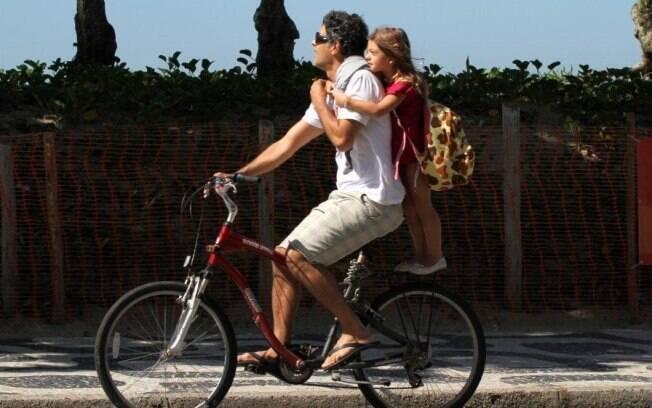 Eduardo Moscovis foi fotografado nesta sexta-feira(3) com a filha Manuela, no Rio