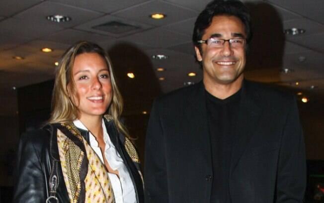 Luciano Szafir vai ao teatro com namorada, que está grávida