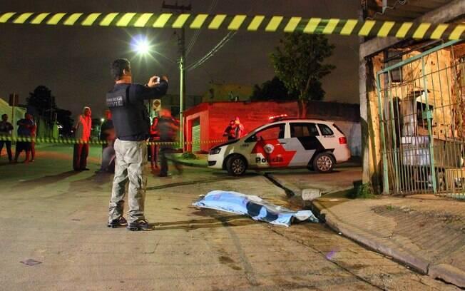 Perícia vasculha área onde ocorreu o crime, em bairro humilde do município paulista
