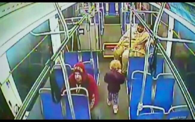 Menina de 4 anos pega ônibus sozinha na madrugada atrás de 'raspadinha'