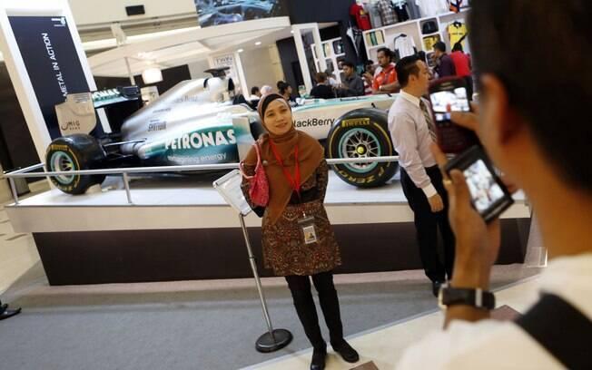 Fãs também aproveitaram para tirar fotos ao  lado do carro da Mercedes